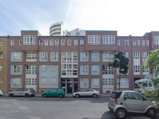 51: Wohnhäuser • Dessauer Straße 36/37, Bernburger Straße 9a–c • Christine Jachmann • Block 2 • Zustand Juli 2012 • Foto: Gunnar Klack