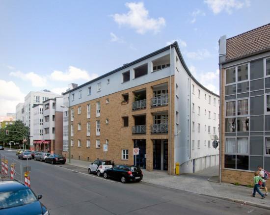 51: Wohnhaus • Bernburger Straße 7/8 • Romauld Loegler, Christine Jachmann • Block 2 • Zustand Juli 2012 • Foto: Gunnar Klack