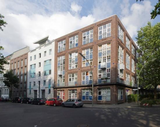 Von links nach rechts: Dessauer Straße 23a (Haus-Rucker-Co.), Dessauer Straße 23 (Nalbach+Nalbach), Dessauer Straße 22, Hafenplatz 1–3 (Georg Kohlmaier/Barna von Sartory), Zustand Juli 2012; Foto: Gunnar Klack