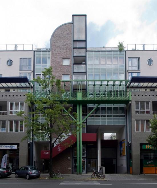 71:Wohn- und Gewerbebebauung, Torhäuser • Kochstraße 27–29 • Josep Martorell/Oriol Bohigas/David Mackay • Block 4 • Zustand Juli 2012 • Foto: Gunnar Klack