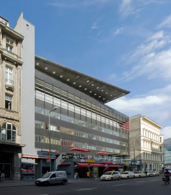 72: Apartementhaus am Checkpoint Charlie • Friedrichstraße 207/208 • Office for Metropolitan Architecture (OMA) – Elia Zenghelis/Matthias Sauerbruch, Wettbewerbsentwurf von Rem Koolhaas • Block 4 • Zustand Juli 2012 • Foto: Gunnar Klack