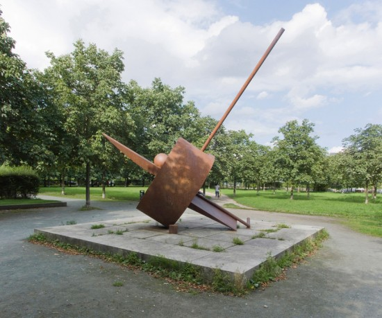 86: Besselpark • Friedrichstraße, Besselstraße, Markgrafenstraße • Jasper Halfmann/Klaus Zillich, Skulptur von Fletcher Benton • Block 606 • Zustand Juli 2012 • Foto: Gunnar Klack