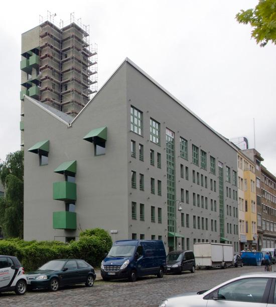 Wohnbebauung mit Atelierturm, östliche Wohnzeile, Charlottenstraße, Zustand Juli 2012; Foto: Gunnar Klack