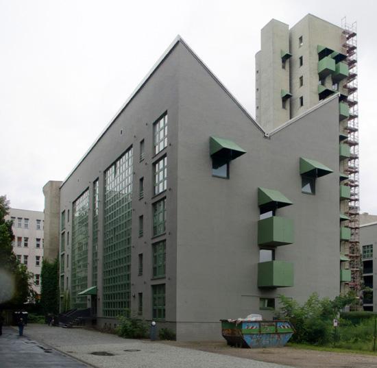 Wohnbebauung mit Atelierturm, westliche Wohnzeile, Zustand Juli 2012; Foto: Gunnar Klack