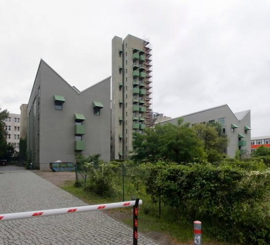 90: Wohnbebauung mit Atelierturm • Charlottenstraße 96–98 • John Hejduk mit Kontaktarchitekt Moritz Müller • Block 11 • Zustand Juli 2012 • Foto: Gunnar Klack