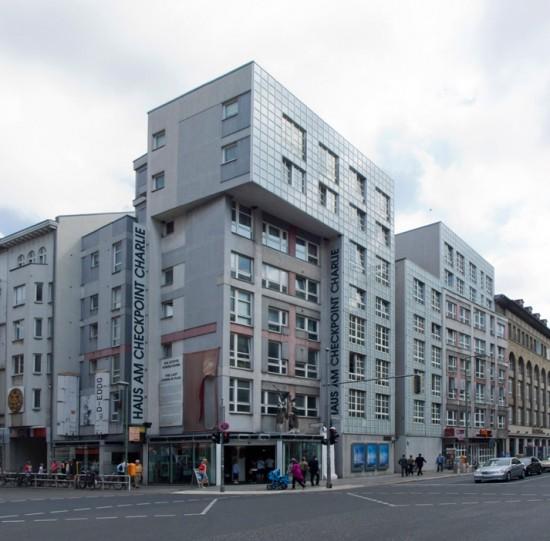 """Wohn- und Geschäftshaus mit Mauer-Museum """"Haus am Checkpoint Charlie"""", Zustand Juli 2012; Foto: Gunnar Klack"""