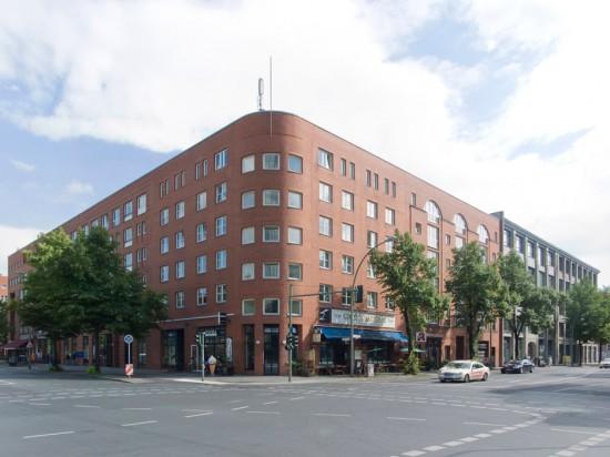 """Block 28, Oranienstraße, Lindenstraße, von links nach rechts: Haus 28.4 (Bangert, Jansen, Schultes, Scholz), Haus 28.3 (Liepe+Steigelmann), Haus 28.2/Eckhaus (Feddersen, v. Herder & Partner), Haus 28.1 (Benzmüller+Wörner), Haus 28.13 und 28.14/Geschäftshäuser """"Handelsstätte Lindenhaus"""" und """"Der Merkur"""" (Feddersen, v. Herder & Partner), Zustand Juli 2012; Foto: Gunnar Klack"""