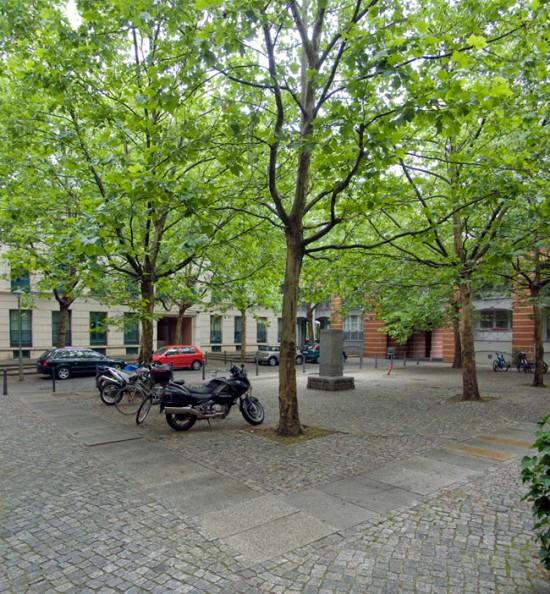 Block 31 (links), Block 28 (rechts) Schinkelplatz, links Haus 31.16/31.7, rechts Haus 28.10 (beide Rob Krier), Zustand Juli 2012; Foto: Gunnar Klack