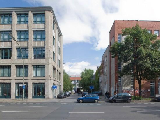 """Wohnanlage Ritterstraße-Nord, Block 28 (links), Block 31 (rechts), Feilnerstraße, links Haus 28.14/Geschäftshaus """"Der Merkur"""" (Feddersen, v. Herder & Partner), rechts Haus 31.4 (Ganz+Rolfes), Zustand Juli 2012; Foto: Gunnar Klack"""