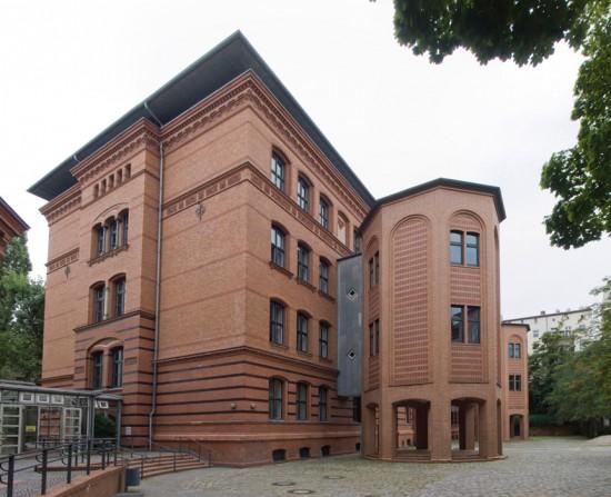 Kiezschule/Sekundarschule Skalitzer Straße (ehemalige Eberhard-Klein-Schule, davor Adolf-Damaschke-Oberschule, vormals 115. und 237. Gemeindedoppelschule), Zustand Juli 2012; Foto: Gunnar Klack