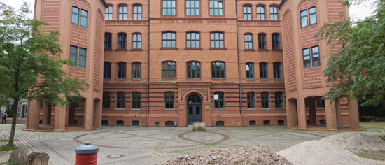 Kiezschule (Sekundarschule Skalitzer Straße), Keith Murray (Murray & Maguire)/Joachim Schmidt, Schulhof vor dem Gebäude, Zustand Juli 2012; Foto: Gunnar Klack