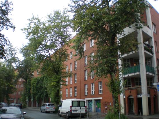 Wohnanlage Ritterstraße-Nord, Block 31, Alte Jakobstraße 120A-121, von links nach rechts: Haus 31.21/Ritterstraße 55/Eckhaus zur Ritterstraße (Brandt, Heiß, Liepe, Steigelmann), Haus 31.20/Alte Jakobstraße 121 (Ganz+Rolfes), Haus 31.19/Alte Jakobstraße 120A (Müller, Rhode & Partner), Zustand Juli 2011; Foto: Marina Bereri