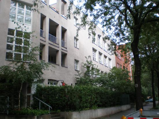 Wohnanlage Ritterstraße-Nord, Block 31, von links nach rechts: Haus 31.23/Ritterstraße 55B (Feddersen, v. Herder & Partner), Haus 31.22/Ritterstraße 55A (Müller, Rhode & Partner), Haus 31.21/Ritterstraße 55/Eckhaus zur Alten Jakobstraße (Brandt, Heiß, Liepe, Steigelmann), Zustand Juli 2011; Foto: Marina Bereri
