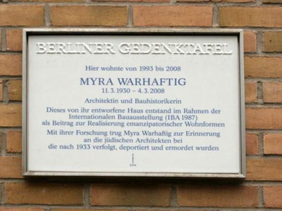 Berliner Gedenktafel für Myra Warhaftig; Foto: Corinna Tell 2012