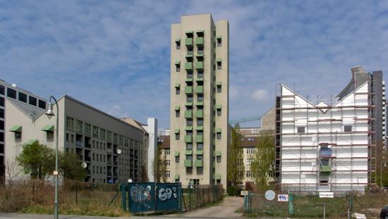 Wohnbebauung mit Atelierturm, zwischenzeitliches Sanierungsziel mit stark veränderter Fassadengestaltung teilweise ausgeführt, Zustand April 2010; Foto: Gunnar Klack