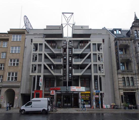 Wohn- und Geschäftshaus Friedrichstraße 32/33, Raimund Abraham mit Heike Büttner und Claus Neumann, Zustand Juli 2012; Foto: Gunnar Klack