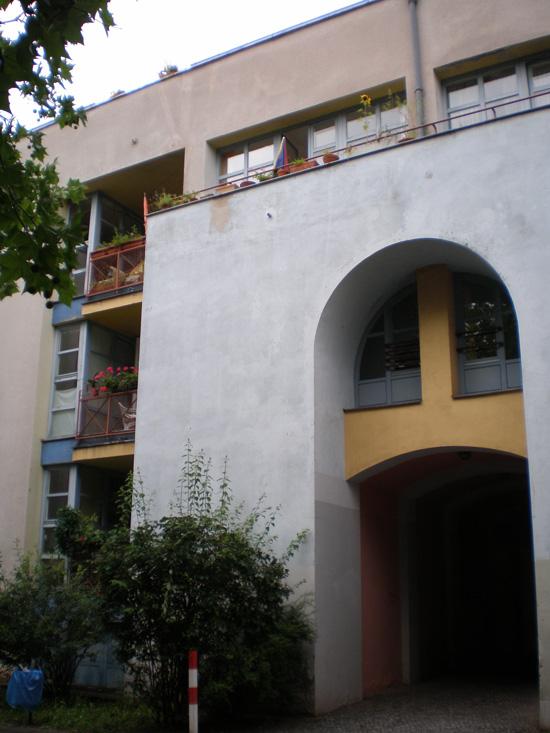 Block 31, Feilnerstraße 2a/3, Haus 31.7 und 31.16/Wohnhaus am Schinkelplatz (Rob Krier), Durchgang, Zustand Juli 2011; Foto: Marina Bereri