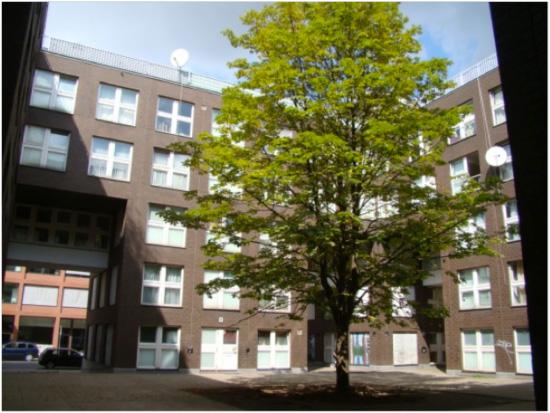 Wohngebäude Block 1, Toröffnung und Innenhofbereich, Zustand August 2011; Foto: Swantje Eggert